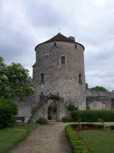 Pourquoi Montaigne écrit il les « essais »  ? dans Philo Litterature La-tour-de-Montaigne-225x300